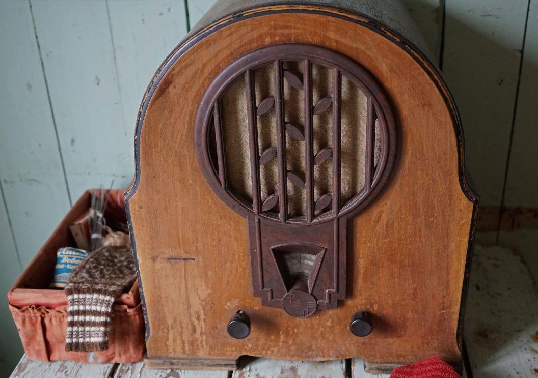 old-radio-931432_1920
